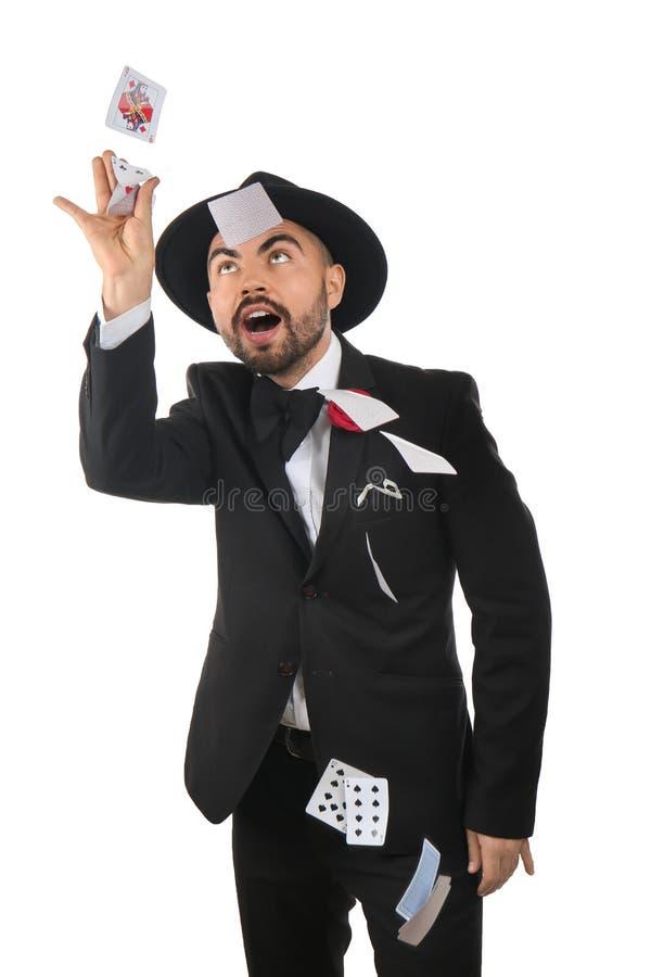 Mannelijke tovenaar die trucs met kaarten op witte achtergrond tonen royalty-vrije stock foto's