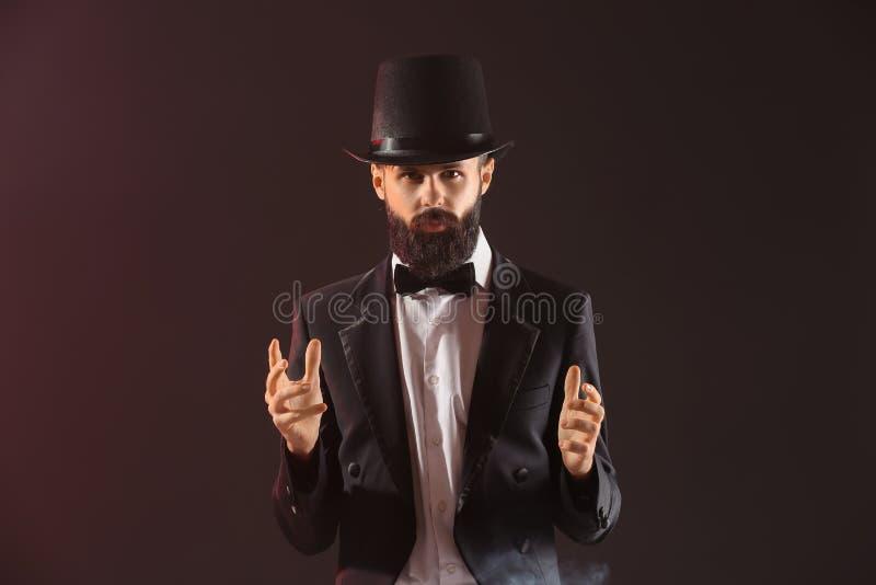 Mannelijke tovenaar op donkere kleurenachtergrond stock foto