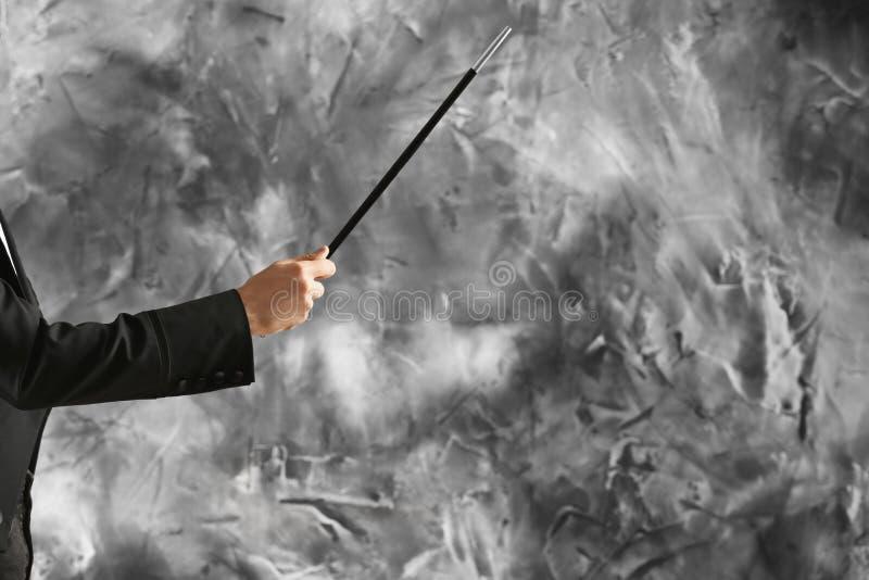 Mannelijke tovenaar op grungeachtergrond stock fotografie