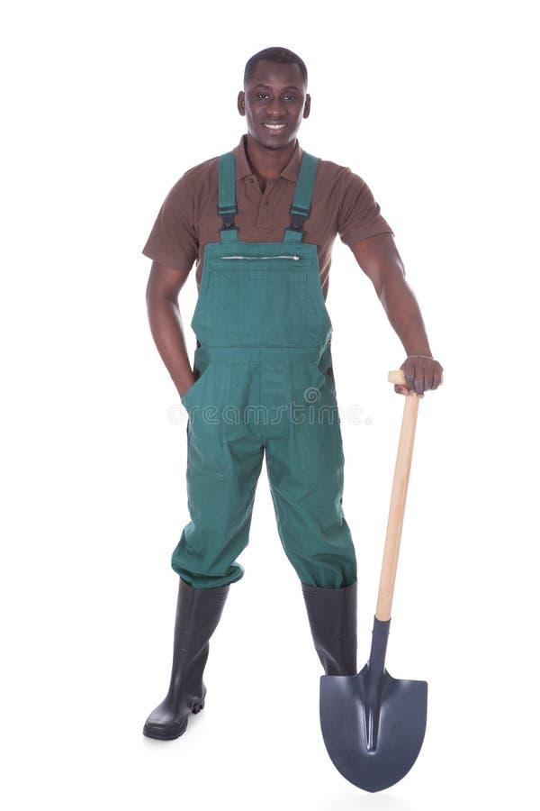 Mannelijke tuinman met schop stock foto's