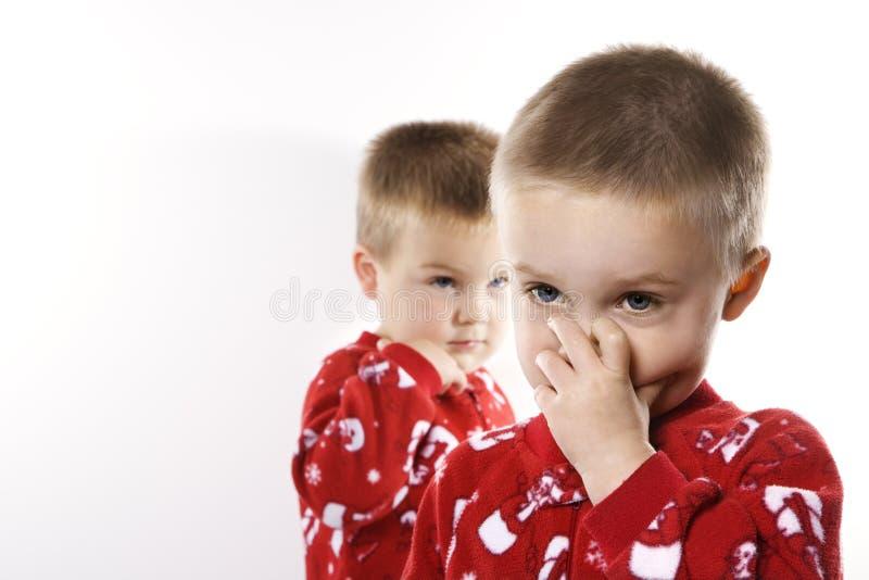 Mannelijke tweelingen in pyjama's. stock fotografie