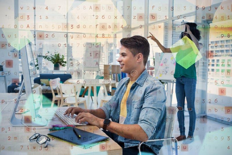 Mannelijke uitvoerende gebruikende computer met collega in virtuele werkelijkheidshoofdtelefoon stock foto's