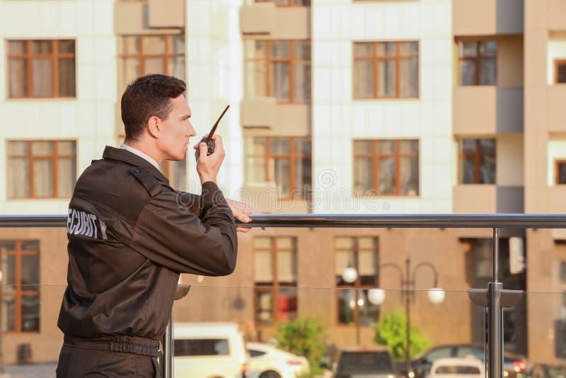 Mannelijke veiligheidsagent met draagbare radio, stock foto's