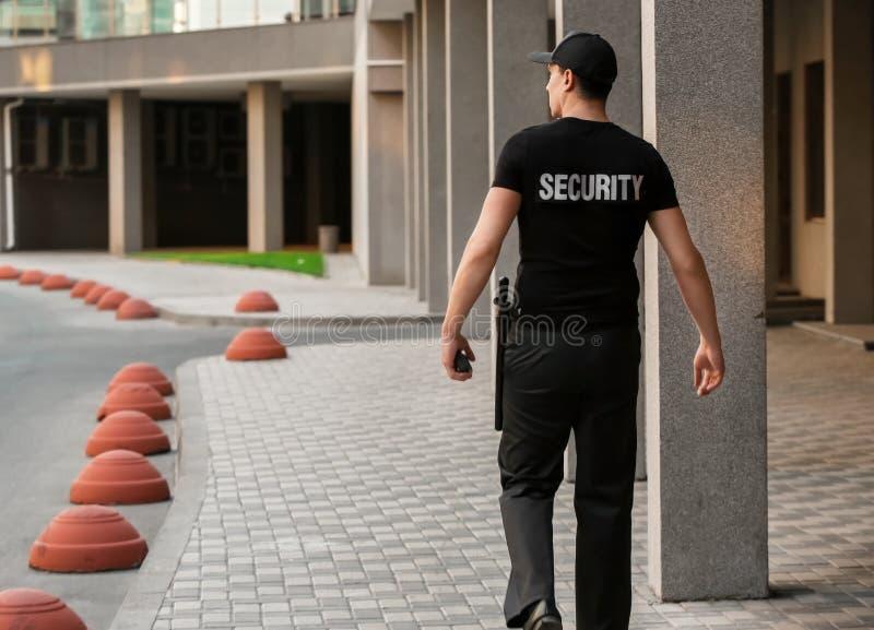 Mannelijke veiligheidsagent, in openlucht stock afbeelding
