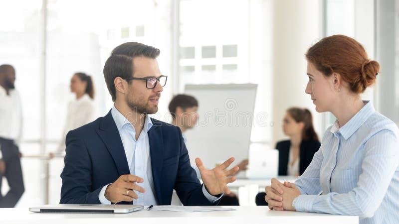 Mannelijke verzekeringsmakelaar of bankdirecteur raadplegende cliënt die aanbieding maken royalty-vrije stock foto