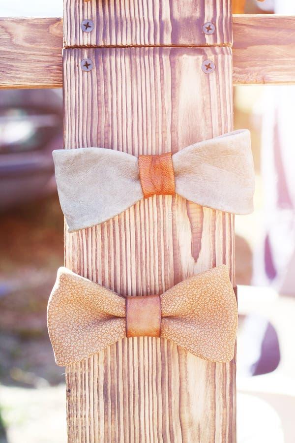 Mannelijke vlinder op een houten rek royalty-vrije stock afbeelding