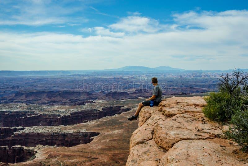 Mannelijke Wandelaar die Grote Mening in Canyonlands overzien stock foto