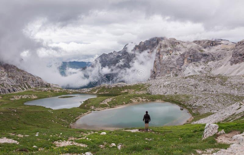 Mannelijke wandelaar in rotsachtige bergen in Italië royalty-vrije stock foto