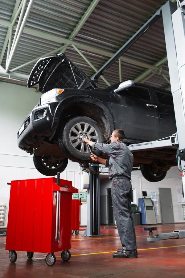 Mannelijke werktuigkundige die de dienstonderhoud voor auto doen royalty-vrije stock afbeelding