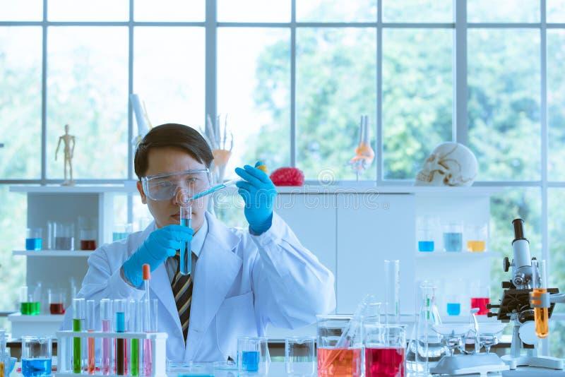Mannelijke wetenschapper die experimentele steekproeven verzamelen stock afbeeldingen