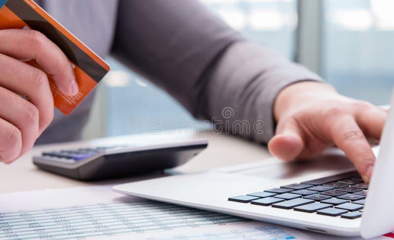 Mannelijke zakenman die online het winkelen met creditcard doen stock fotografie
