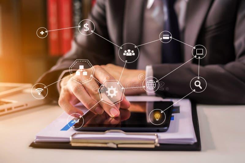 Mannelijke zakenman of Ontwerper die tablet met laptop en document op bureau gebruiken stock foto's