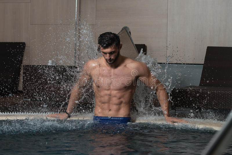 Mannelijke Zwemmer Resting In Pool stock foto's
