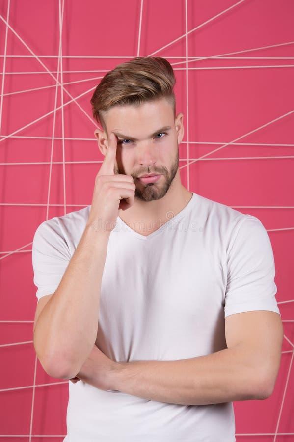 Mannelijkheidconcept Mens met varkenshaar op nadenkend gezicht, roze achtergrond De mens met baard of ongeschoren kerel kijkt kna stock foto