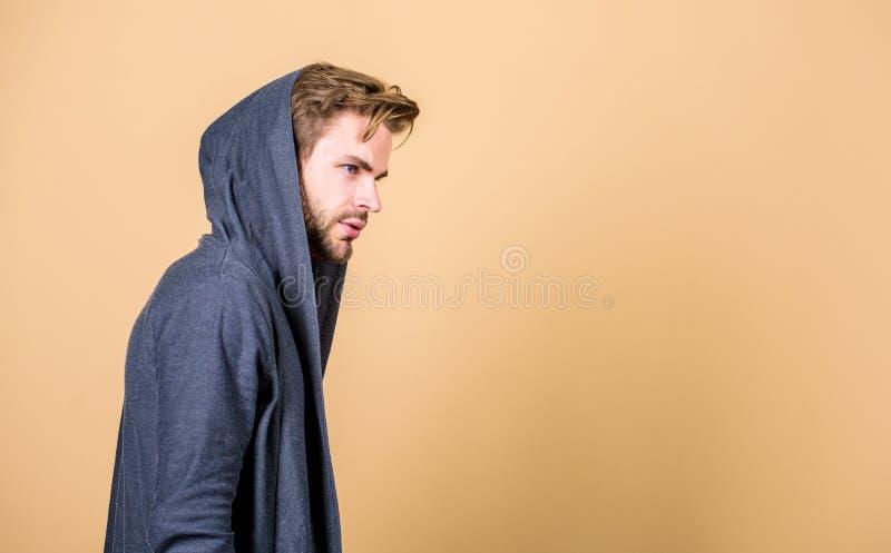 Mannelijkheidconcept Onconventioneel maar mannelijk kijk Brute mannelijkheid die uiterst conventioneel het kijken bevelen stock afbeeldingen