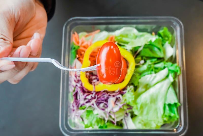 Mannen är att äta av sallad för den nya grönsaken är sund lunch på ren och allsidig sunda matbegreppet för tabellen, royaltyfria bilder