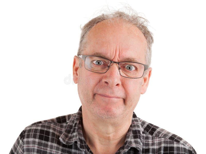 Mannen är skeptisk om något arkivfoton