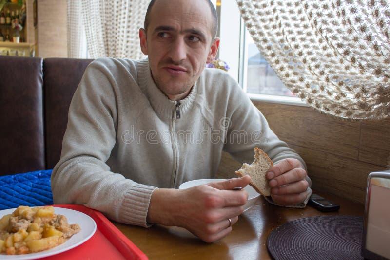 Mannen äter i matsalen royaltyfria foton