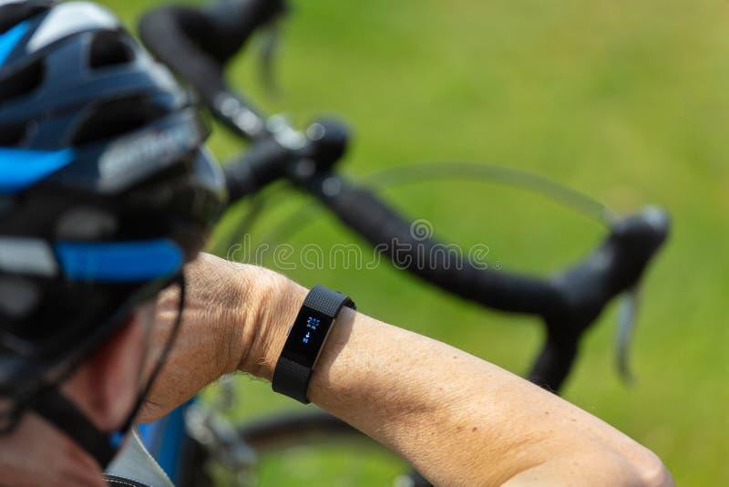 Mannen övervakar hjärtahastighet på armbandsuret för bogseraren för övningen för färdig bittyp det smarta royaltyfri fotografi