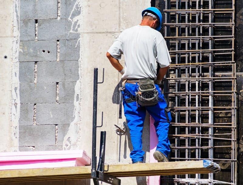 Mannen arbetar på konstruktionsplatsen royaltyfri foto