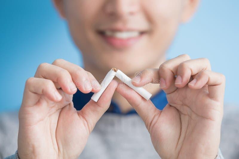 Mannen avslutade att röka royaltyfri bild