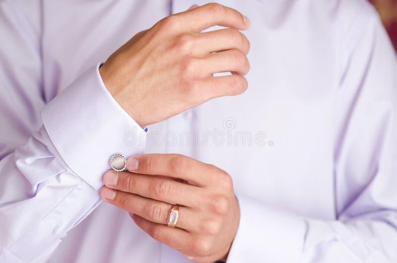 Mannen bär cufflinks royaltyfria foton
