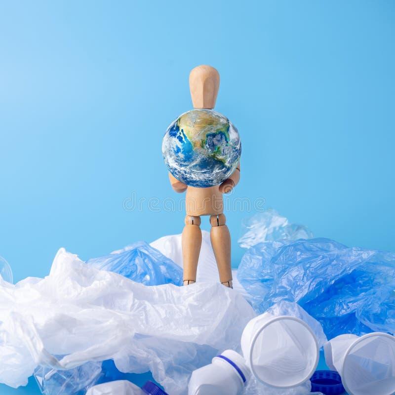 Mannen bär planeten för att spara jorden från avskräde och plast- Ekologi och avfallsåteranvändning Beståndsdelar som möbleras av royaltyfria bilder