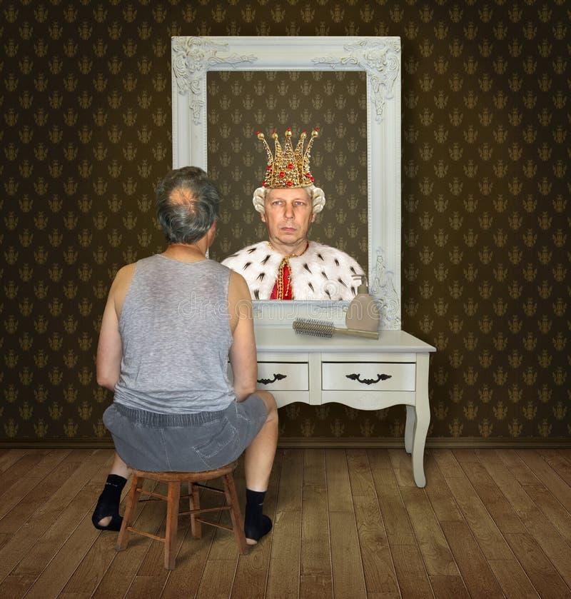 Mannen beskådar hans reflexion royaltyfria bilder