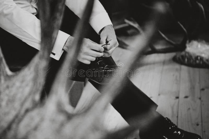 Mannen binder upp hans skosnöre på skor royaltyfri foto
