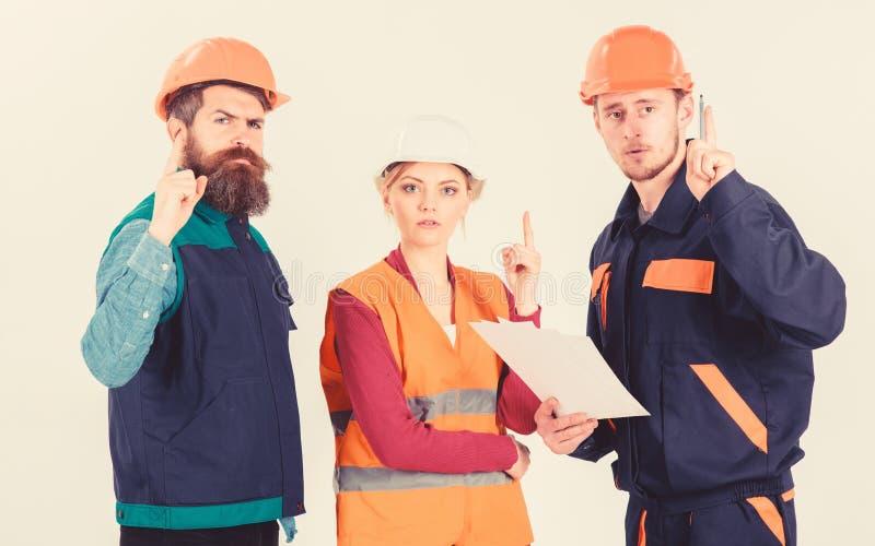 Mannen in bouwvakkers, eenvormig en vrouw Bouwer en ingenieur stock afbeelding