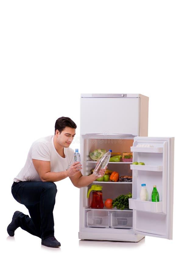 Mannen bredvid kylen mycket av mat arkivfoto