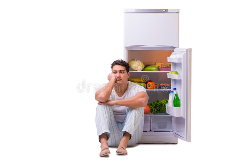 Mannen bredvid kylen mycket av mat arkivfoton