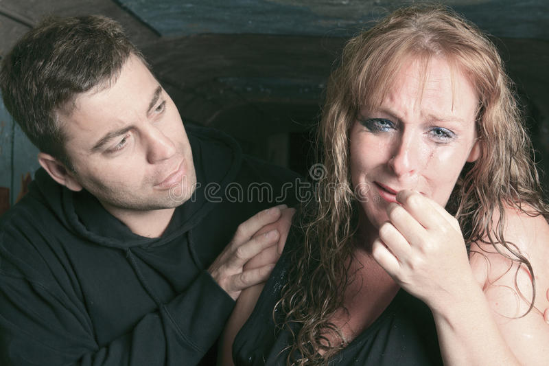 Mannen die vrouw troosten en proberen te kalmeren royalty-vrije stock fotografie