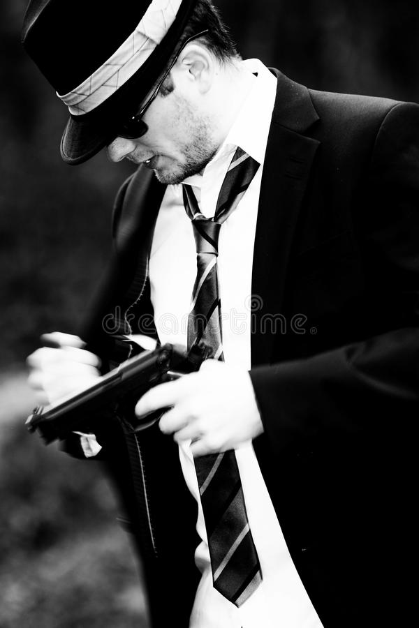 Mannen drar ett vapen royaltyfri bild