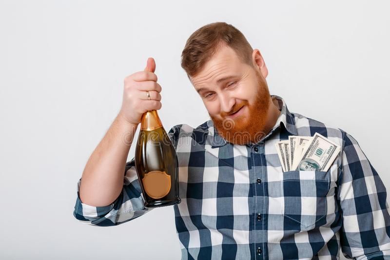 Mannen dricker champagne från flaskan arkivfoto