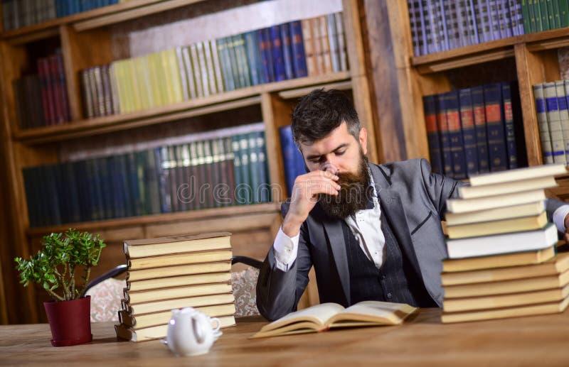 Mannen eller den skäggiga läraren läser boken Forskning och studerabegrepp royaltyfri fotografi