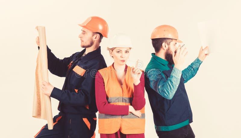 Mannen en vrouw in helmen onbezorgd met hamer en project, royalty-vrije stock foto