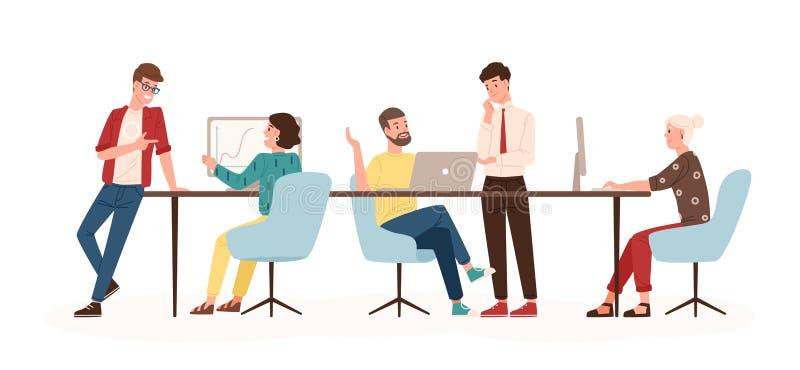 Mannen en vrouwen die bij bureau zitten en zich in modern bureau bevinden, bij computers werken en met collega's spreken efficiën royalty-vrije illustratie