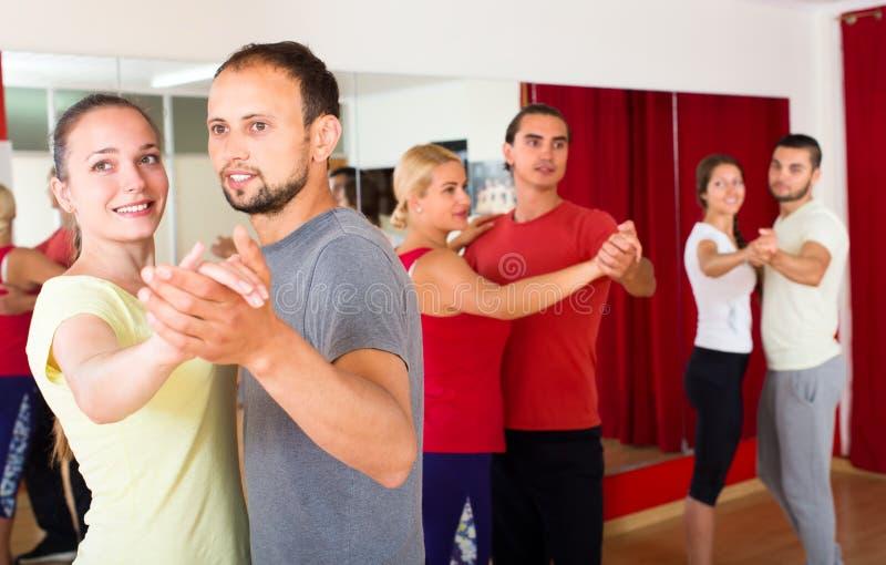 Mannen en vrouwen die leren te dansen wals stock fotografie