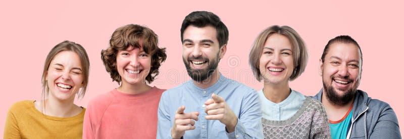 Mannen en vrouwen die op grap lachen die goede stemming hebben stock afbeeldingen