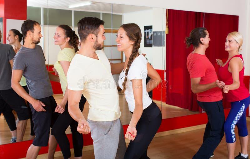 Mannen en vrouwen die van actieve dans genieten stock foto's