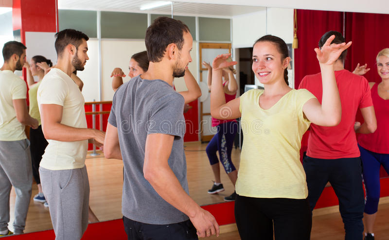 Mannen en vrouwen die van actieve dans genieten stock afbeelding