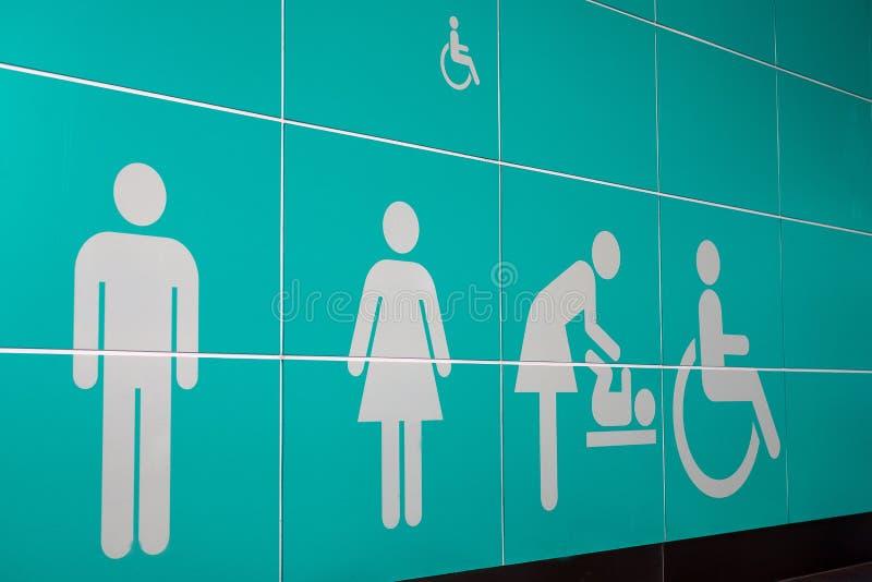 Mannen en vrouwen, kind en gehandicapte symbolentoilet of toilettentekens bij luchthaven royalty-vrije stock foto