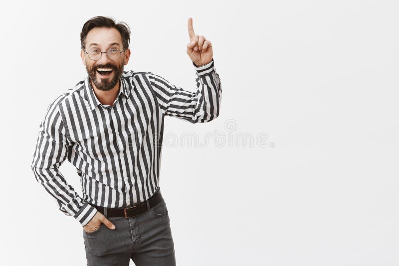 Mannen får upphetsad av allt Stående av den imponerade och roade snygga affärsmannen i randig skjorta och flåsanden fotografering för bildbyråer