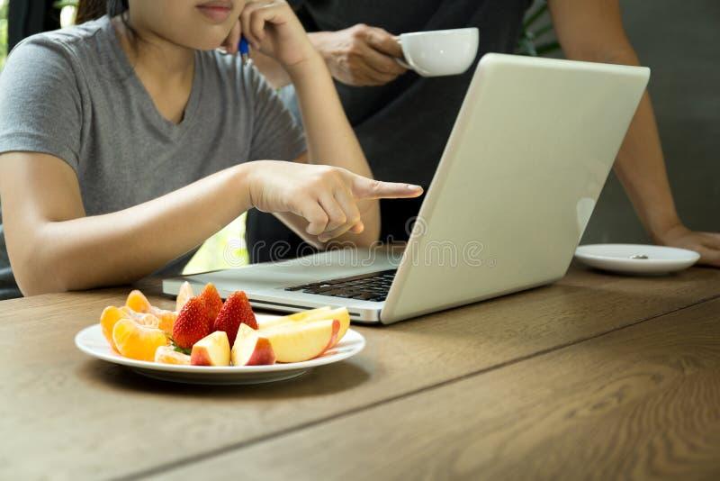 Mannen för affärsfolk och kvinnalaget arbetar med bärbara datorn med nytt f arkivfoto
