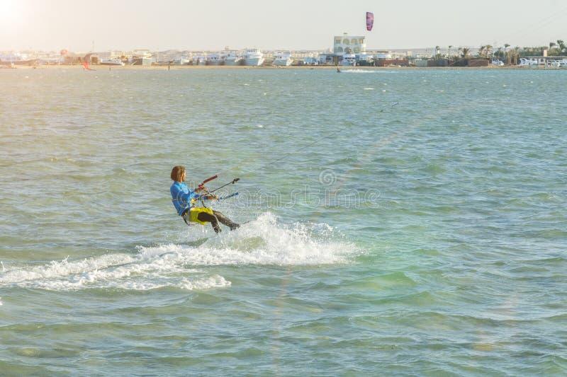 Mannen för Kitesurfing Kiteboarding handlingfoto bland vågor går snabbt En drakesurfare rider vågorna linsbelysning tonat fotografering för bildbyråer
