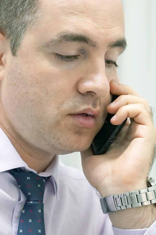 Mannen för kontorsarbetaren svarar appellen arkivfoton