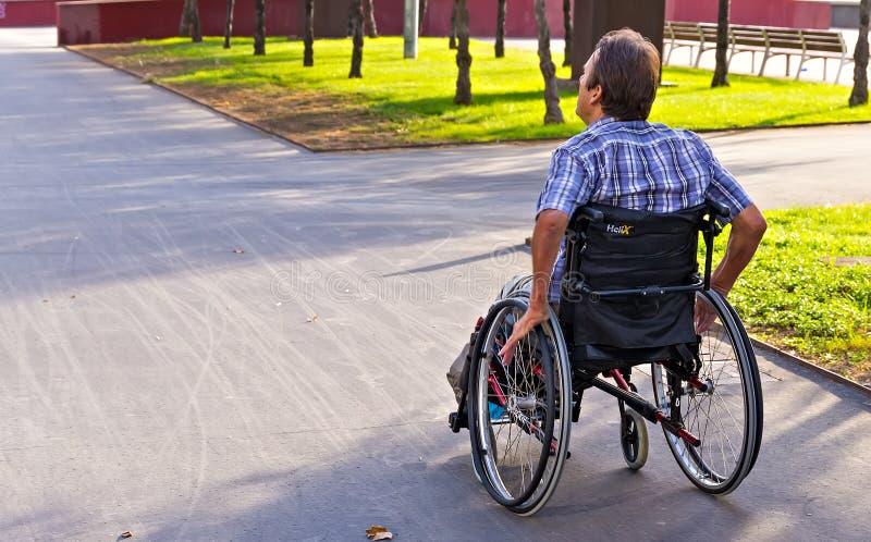 mannen för livsstilbegreppsaffären som sitter koppla av utomhus- stadsallmänhet, parkerar livsstil arkivbild