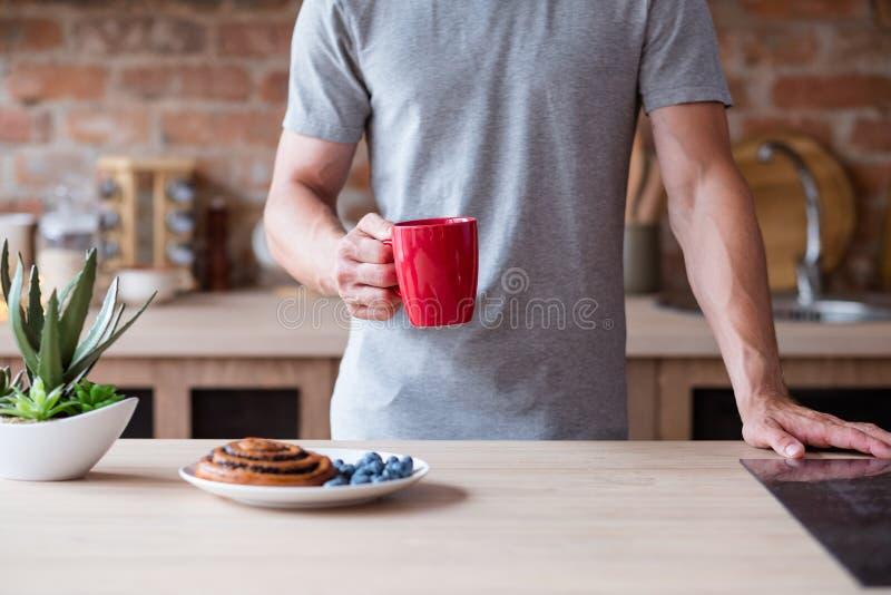 Mannen för vana för frukosten för morgonmat rånar den röda dåliga royaltyfria bilder
