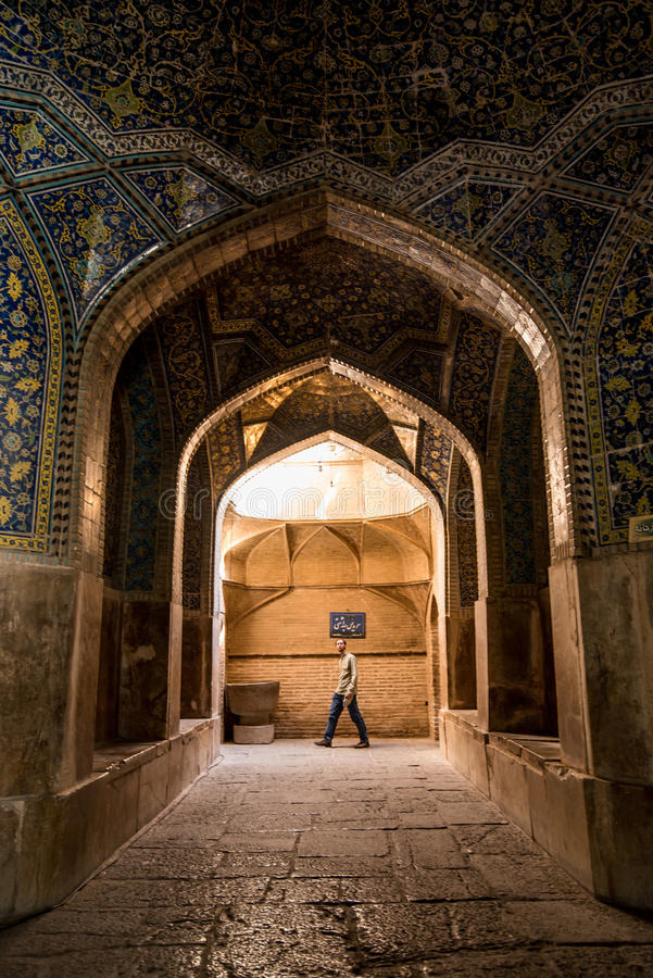 Mannen går inom schahmoskén, Isfahan, Iran arkivfoton
